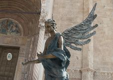 一个天使的雕象在中央寺院前面的 库存照片