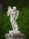 一个天使的雕象在公园 免版税库存图片