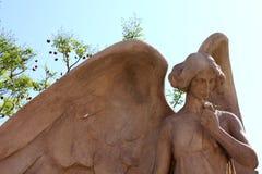 一个天使的雕象在公墓的 免版税图库摄影