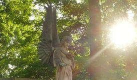 一个天使的雕象在坟墓的 图库摄影