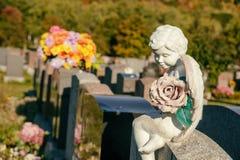一个天使的雕象在墓碑的 库存照片