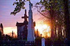 一个天使的雕象在日落的在一座老公墓 免版税库存照片