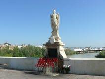 一个天使的雕象在罗马桥梁的在科多巴 库存照片