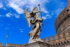 一个天使的雕象在背景城堡Sant `安吉洛,罗马,意大利的 图库摄影