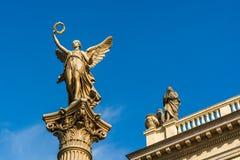 一个天使的雕象在Rudolfinum音乐厅前面的PR的 库存照片