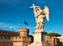 一个天使的雕象在Sant安吉洛桥梁的在罗马,意大利, panoram 库存图片