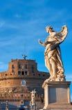 一个天使的雕象在Sant安吉洛桥梁的在罗马,意大利 免版税库存图片