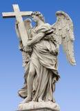 一个天使的雕象在Sant'Angelo桥梁的 免版税库存照片
