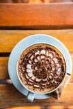 一个天空杯子mocca咖啡馆在木桌上站立 库存照片