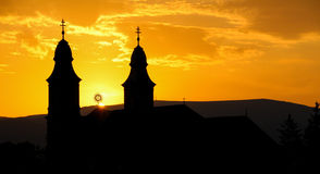 一个天主教会的剪影日落的 库存照片