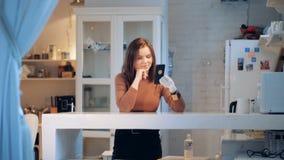 一个夫人用一只计算机控制学的手做录影电话和微笑 影视素材