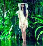 一个夫人的纵向在一个热带森林里 免版税库存图片
