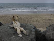 一个夫人的逗人喜爱的岩石艺术雕象海滩的 库存图片