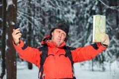 一个失去的游人是由地形引导的在compa帮助下 免版税库存照片