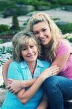 一个女儿和母亲在好天儿 库存图片