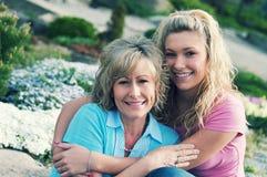 一个女儿和母亲在好天儿 免版税库存照片