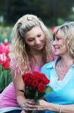 一个女儿和母亲在好天儿 免版税库存图片