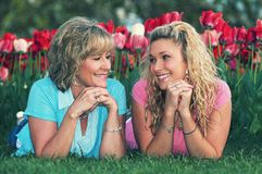 一个女儿和母亲在好天儿 库存照片