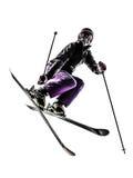一个女子滑雪者自由式跳跃的剪影 库存图片
