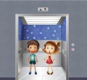一个女孩和一个男孩在电梯里面 库存照片