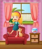 一个女孩和一只猫在沙发 免版税库存图片