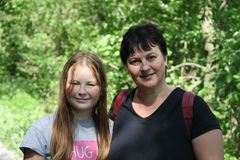 一个女孩和她的妈咪的画象 图库摄影