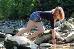 一个女孩喝新鲜的清楚的水 免版税库存照片