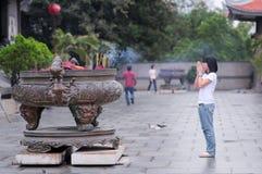 一个女孩在一座塔祈祷在西贡 免版税库存照片