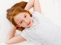 一个女孩在床上说谎 质量床垫 库存照片