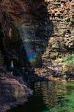 一个女孩在接近凯瑟琳峡谷,澳大利亚的百合池塘盐水湖享用彩虹 免版税库存图片