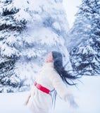 一个女孩在树中的一块森林冬天沼地 免版税库存图片