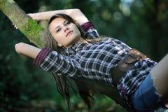一个女孩在森林里 免版税图库摄影