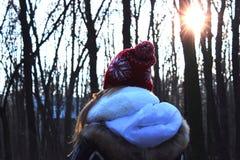 一个女孩在森林 图库摄影