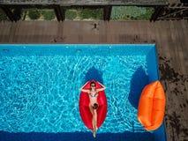 一个女孩在水池游泳 免版税库存图片