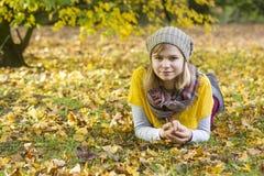 一个女孩在秋天公园 图库摄影