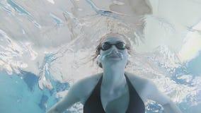一个女孩在水池游泳 在水下的射击在底部 股票录像
