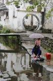 一个女孩在水镇 免版税图库摄影