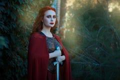 一个女孩女性战士的画象有剑的在手中 免版税库存照片