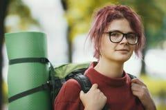 一个女孩少年游人的画象有室外的背包的 库存照片