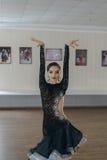 一个女孩拉丁舞蹈的画象 库存图片