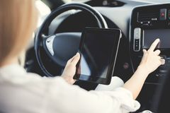 一个女孩按在电动车控制设备的按钮 免版税库存照片