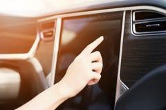 一个女孩按在电动车控制设备的按钮 库存图片