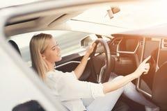 一个女孩按在电动车控制设备的按钮 免版税图库摄影
