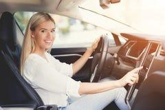 一个女孩按在电动车控制设备的按钮 免版税库存图片