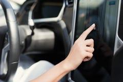 一个女孩按在电动车控制设备的按钮 图库摄影