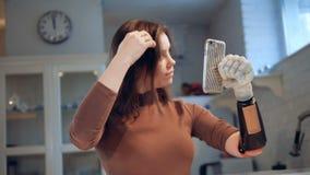 一个女孩用利用仿生学的手用完一个电话,关闭 影视素材
