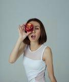 一个女孩用苹果 图库摄影