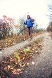 一个女孩用迁徙的棍子 免版税库存图片