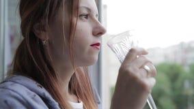 一个女孩由窗口喝白葡萄酒 影视素材