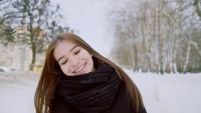 一个女孩的冬天画象 女孩对照相机微笑着 愉快的浅黑肤色的男人 影视素材